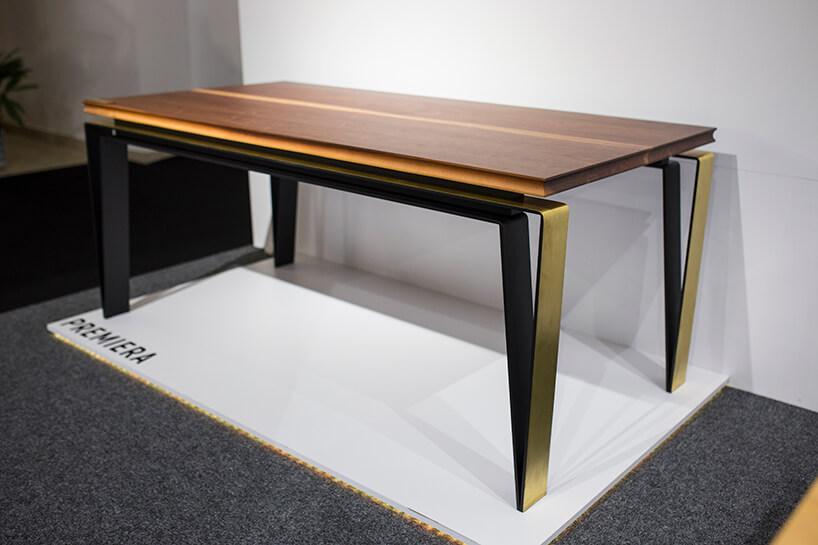 wyjątkowy stół zdrewnianym blatem postawiony na nogach zgiętego metalu na stoisku Craft podczas Warsaw Home 2019