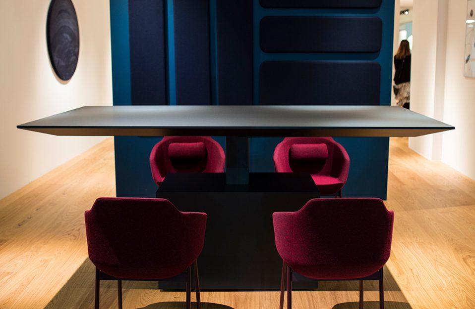 elegancki czarny stół z czterema bordowymi krzesłami na stoisku MDD podczas Warsaw Home 2019