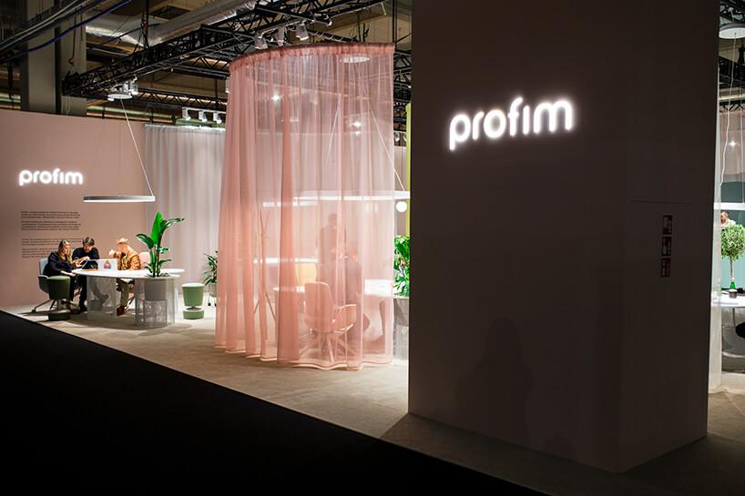 eleganckie stoisk PROFIM iGrupy Flokk podczas Warsaw Home 2019 odzielone delikatnymi kolorowymi firankami