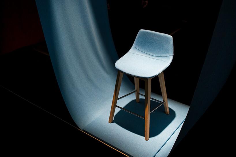 wyjątkowa prezentacja niebieskiego krzesła zniskim oparciem na stoisku CLAUDIE podczas Warsaw Home 2019