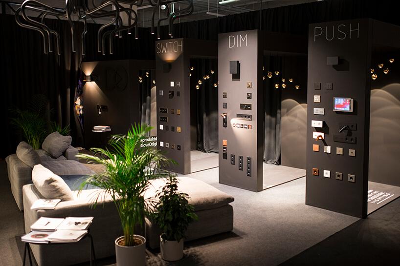 czarne stoisko Produkt Design na Warsaw Home 2019 zwyjątkowym oświetleniem iosprzętem elektrycznym