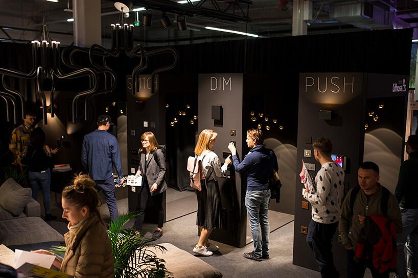 odwiedzający czarne stoisko Produkt Design na Warsaw Home 2019