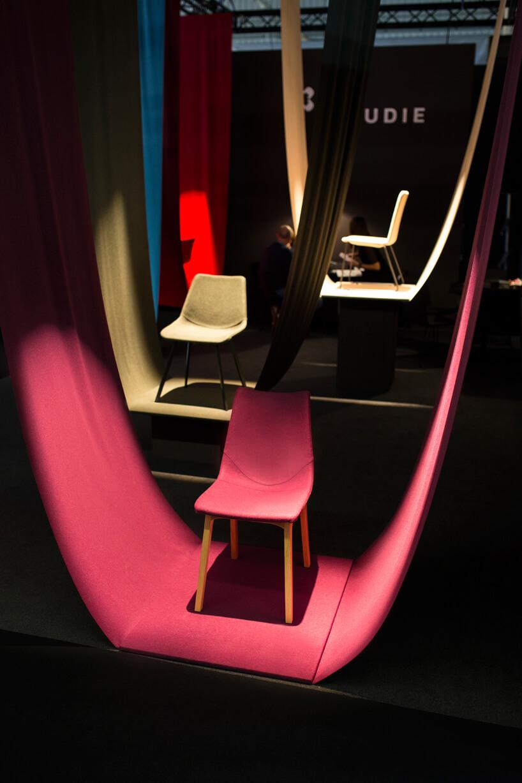 wyjątkowa prezentacja czerwonego krzesła na stoisku CLAUDIE podczas Warsaw Home 2019