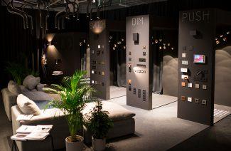 czarne stoisko Produkt Design na Warsaw Home 2019 z wyjątkowym oświetleniem i osprzętem elektrycznym