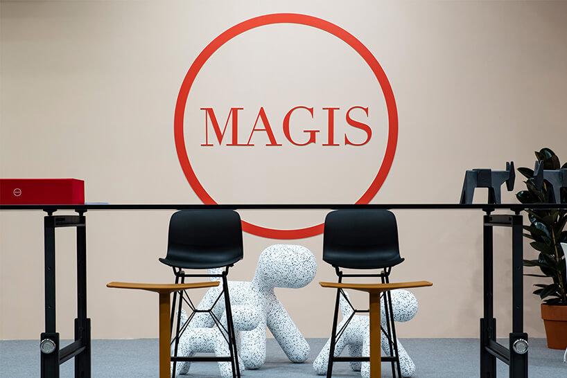 dwa czarne wysokie krzesła na tle białych siedzisk wkropki wkształcie psów na stoisku Magis podczas Warsaw Home 2018