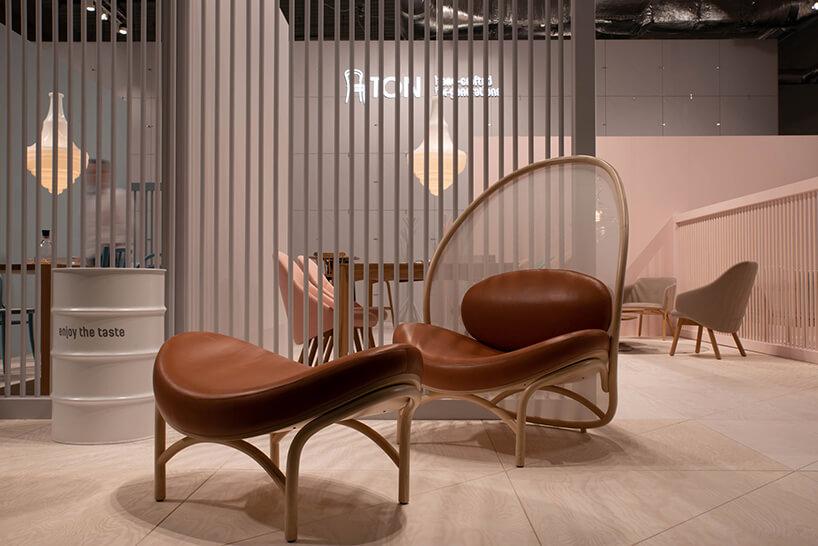wyjątkowy brązowy fotel zpodnóżkiem na stoisku TON podczas Warsaw Home 2018