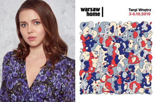 zdjęcie Kasi Ptak w bluzce w kwiaty obok plakatu Warsaw Home 2019