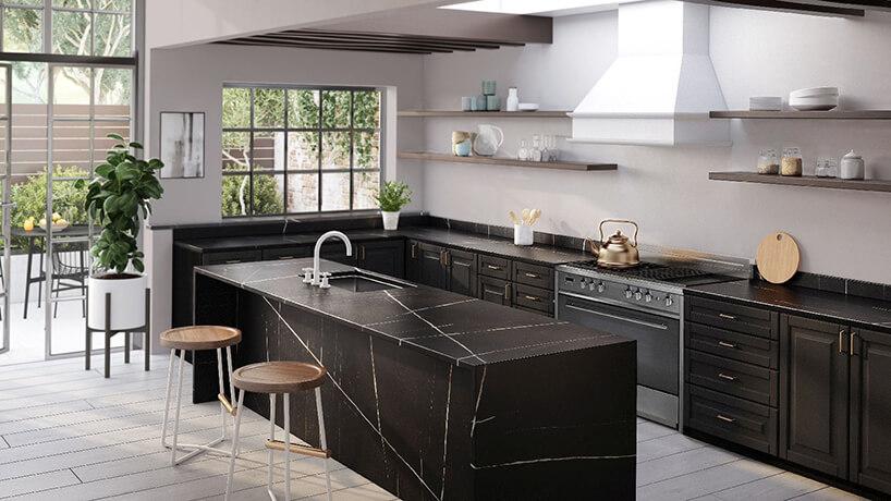 jasne kuchnia zczarnymi szafkami idużą wyspą zczarnego kamienia Silestone Eternal Noir od Cosentino