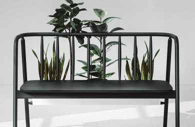 czarna ławka z kwietnikiem za oparciem Woden Bench od Maja Ganszyniec