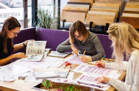 uczestniczki podczas warsztatów Projekt szyty na miarę przy dużym stole