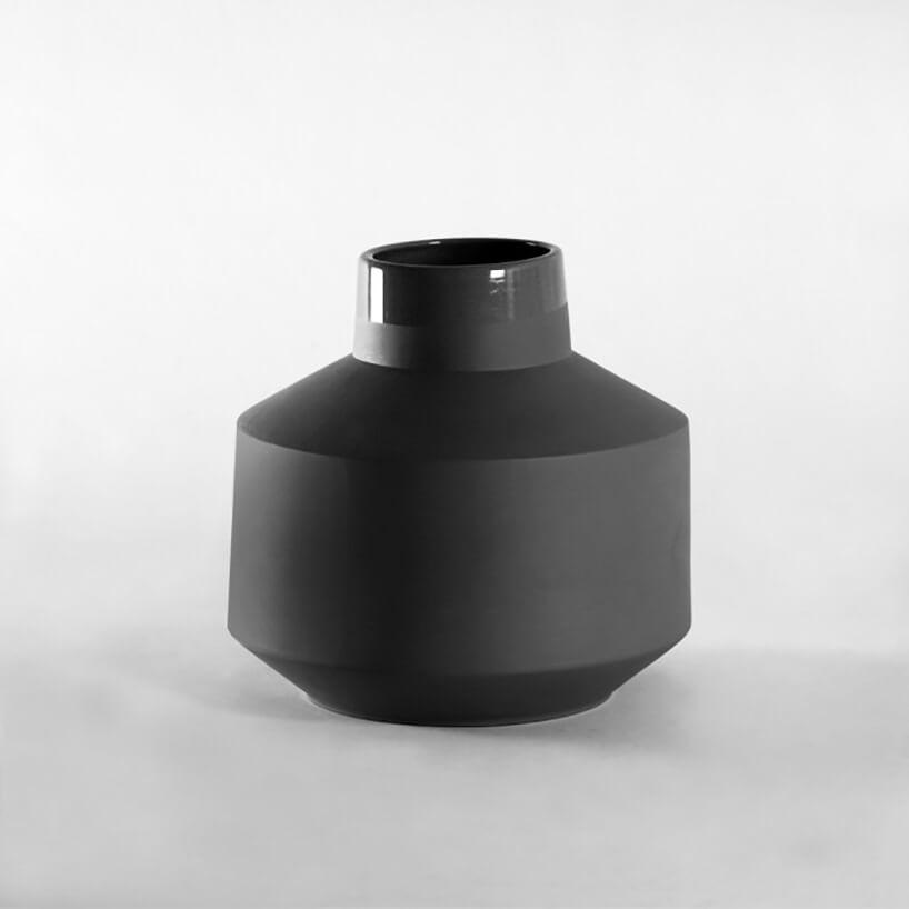 czarny szeroki wazon zwąską szyjką