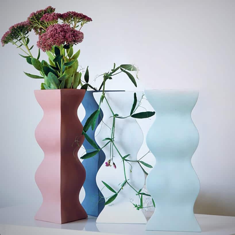 różnokolorowe wysokie wazony onie typowym kształcie zkwiatami