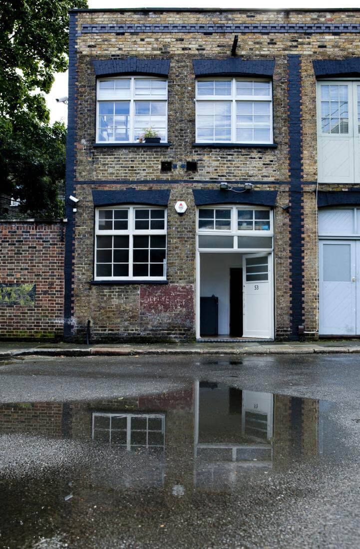 szary stary dom zniebieskimi dodatkami