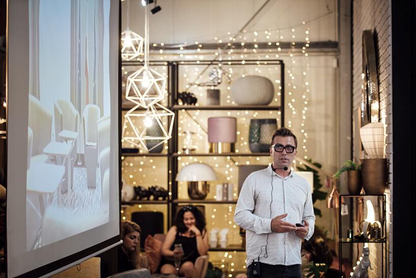 mężczyzna wbiałej koszuli podczas prezentacji na Wieczorze Architektów