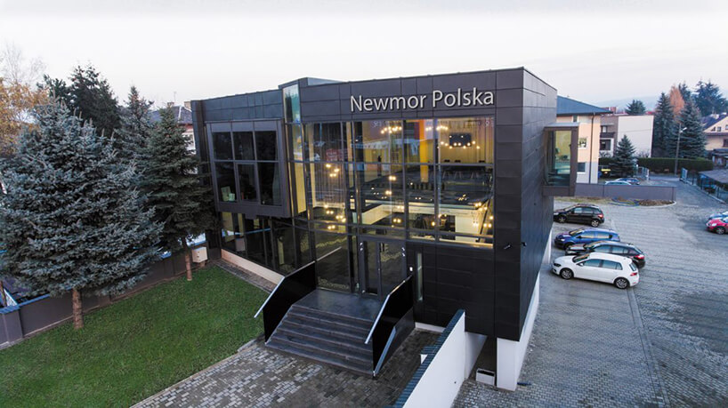 zdjęcie czarnego budynku Newmor Polska