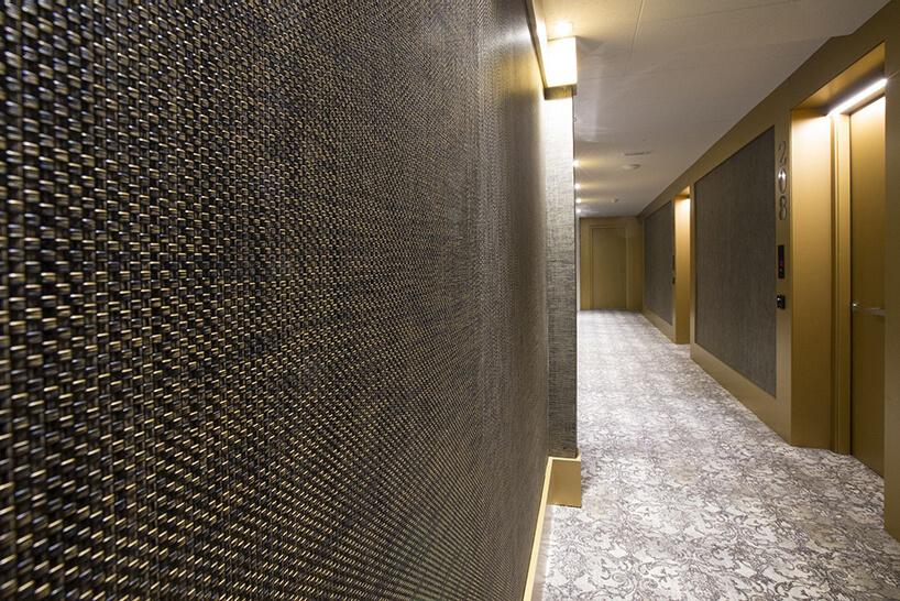 zdjęcie brązowej winylowej tapety na ścianie wholu ze złotymi elementami iszarą wykładziną
