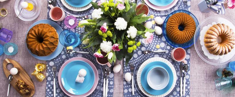 kolorowy zastawiony stół wielkanocny