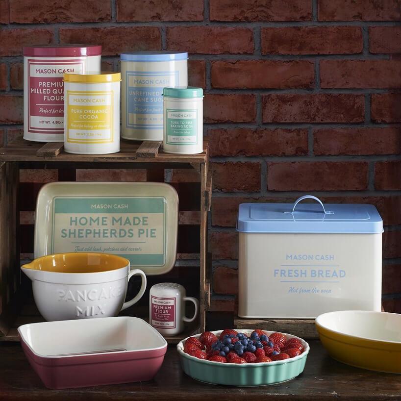 komplet rożnych pudełek do kuchni zkolorowymi napisami