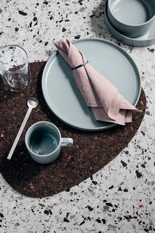 zestaw stołowy kolorze niebieskim na brązowej podkładce