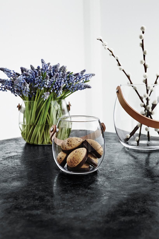 3 szklane wazony zróżnymi zawartościami na czarnym blacie
