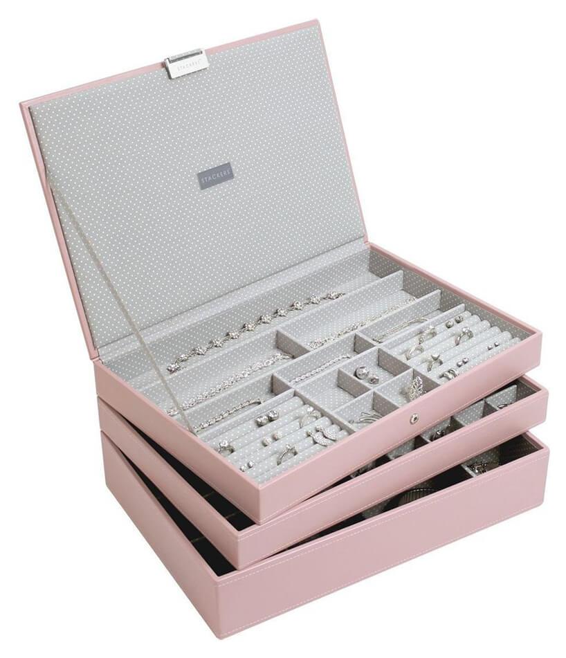 otwarty różowy pojemnik na biżuterię