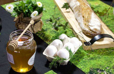 zastawiony czarny stół wielkanocny zastawą i podkładkami z motywem trawy