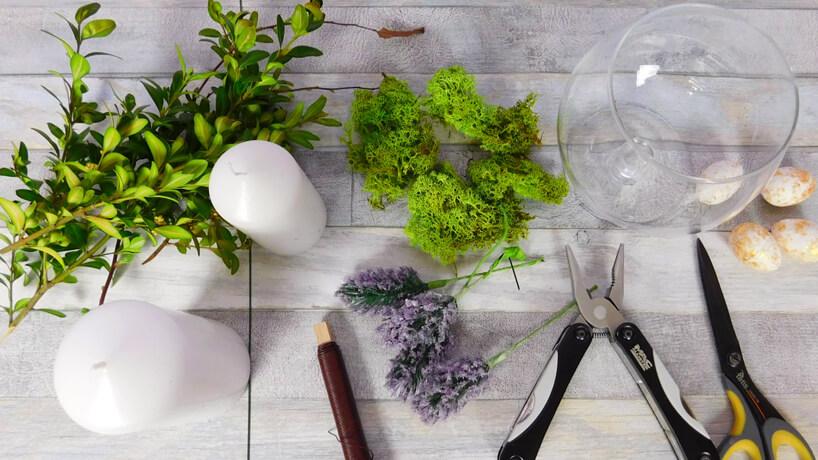 leżące na stole mech świeca bukszpan wazon cążki