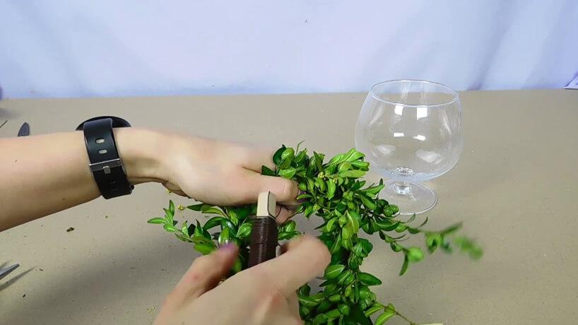 gałązki bukszpanu podczas owijania drutem