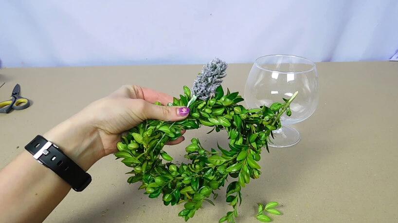 gałązki bukszpanu ułożone wokrąg