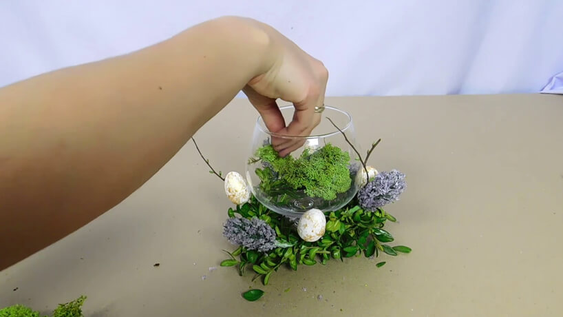 wkładanie do wazonu mchu
