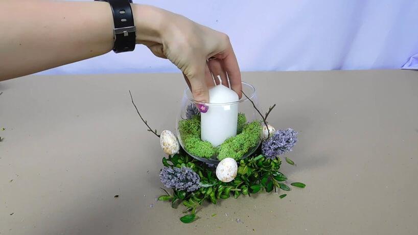 wkładanie do wazonu zmchem świecy