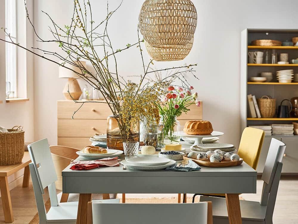 Wielkanocny stół: wśród pisanek iwiosennych dekoracji
