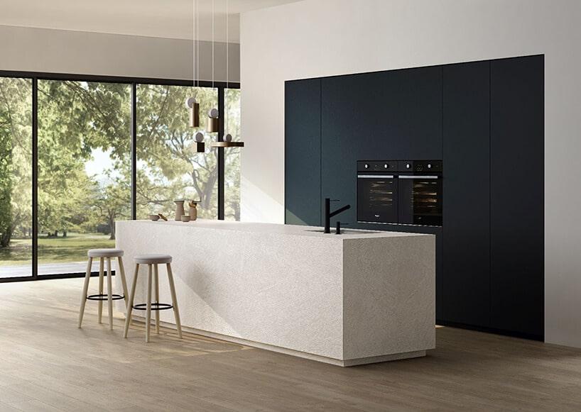 biała długa prostokątna szafka kuchenna ze zlewem oraz dodatkiem czarnych szafek na ścianie