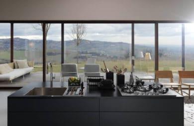 wnętrze z widokiem z aneksem kuchnnym i zlewozmywakiem franke