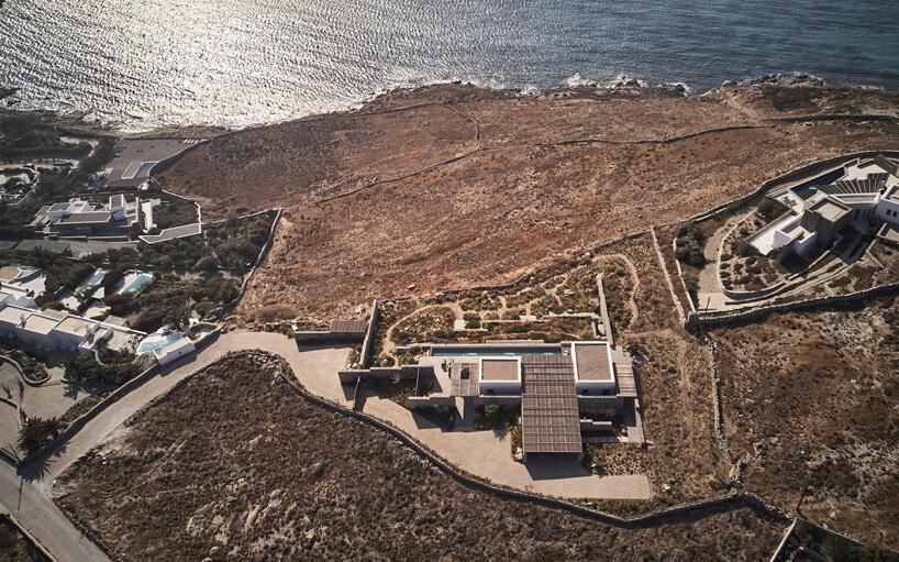 zdjęcie zgóry na grecką wyspę zrozsianymi willami