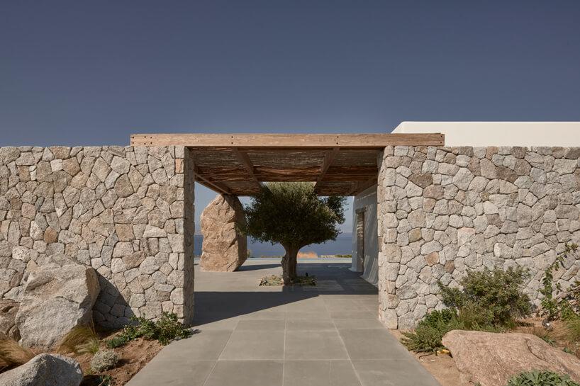 wejście na przestrzeń przed willą zdwóch ścian ułożonych zkamieni