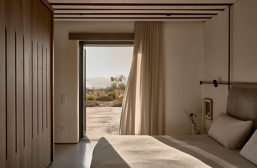 jasne wnętrze sypialni zdrewnianą szafą idrewnianym sufitem