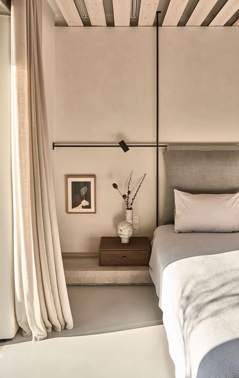 mała ciemna szuflada obok łóżka wjasnej sypialni