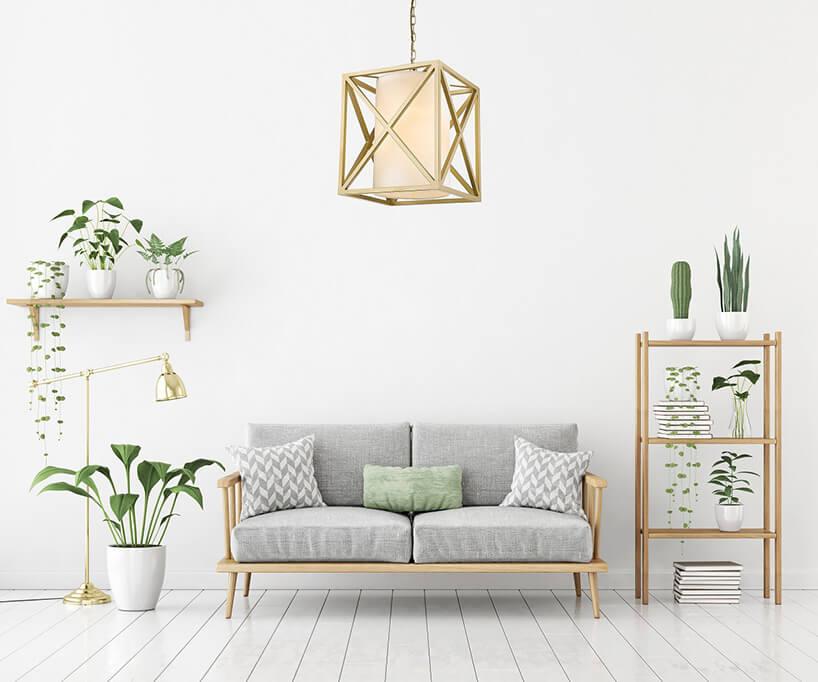 wnętrze ze złotą wiszącą lampą