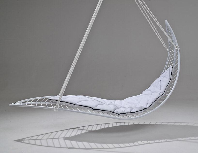 biały wiszący fotel zmałą kołdrą
