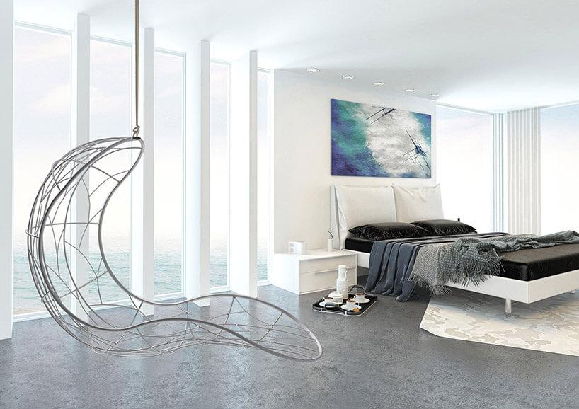 biały wiszący fotel wbiałej sypialni