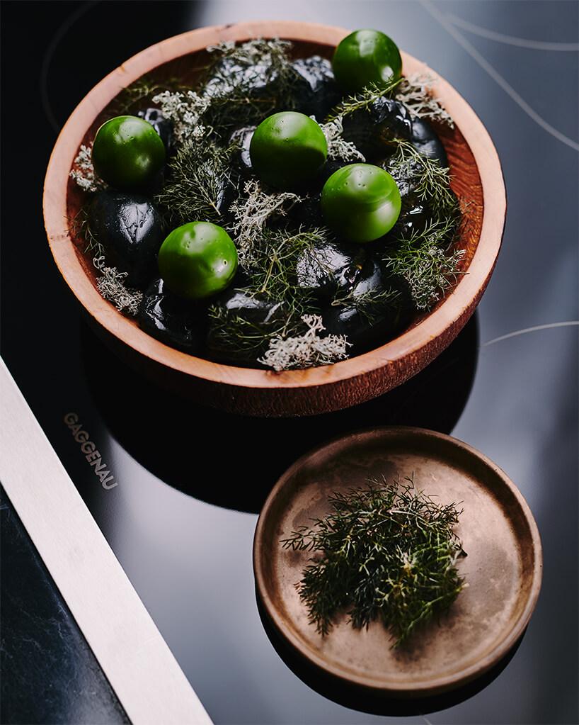 dania stojące wmisce na czarnej płycie indukcyjnej Gaggenau