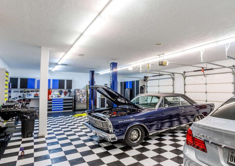 fioletowy samochód stojący na podłodze wszachownice