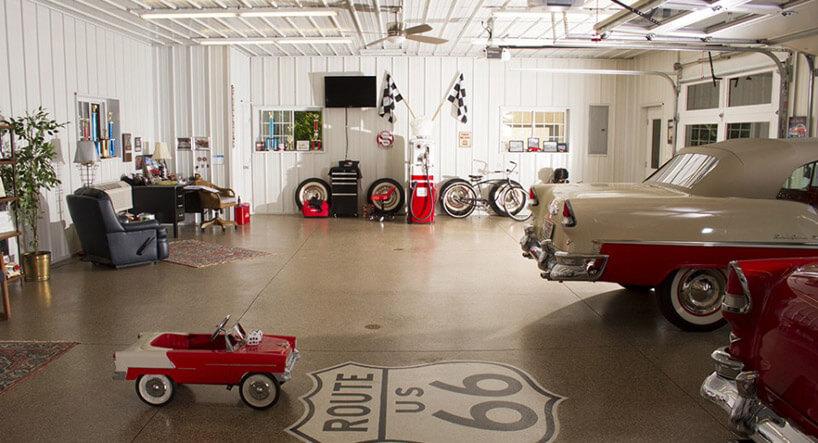 mały biało-czerwony samochodzik obok dużego wbiałym garażu