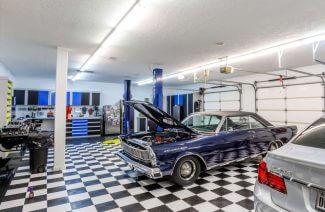 garaż z fioletowym samochodem