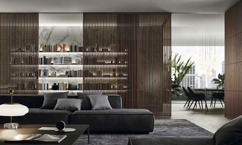 ciemna kanapa przy drewnianej ścianie zbelek