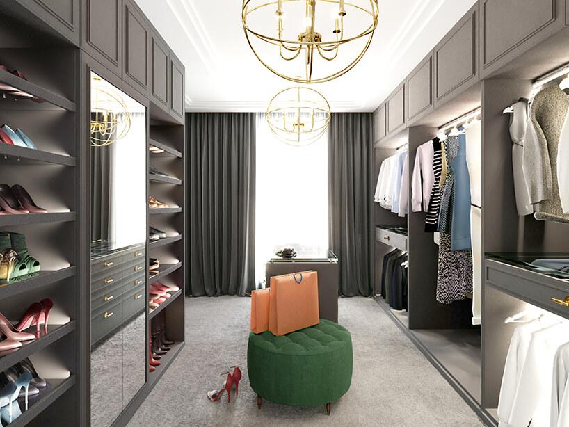 dużą garderoba zszarą zabudową pod złotymi lampami na białym suficie