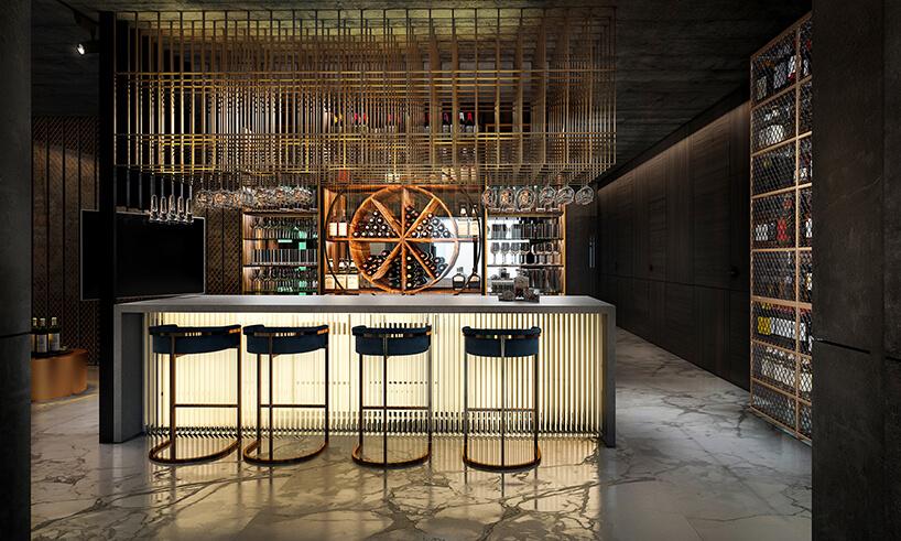 elegancki szary podświetlony bar na tle półek na alkohol
