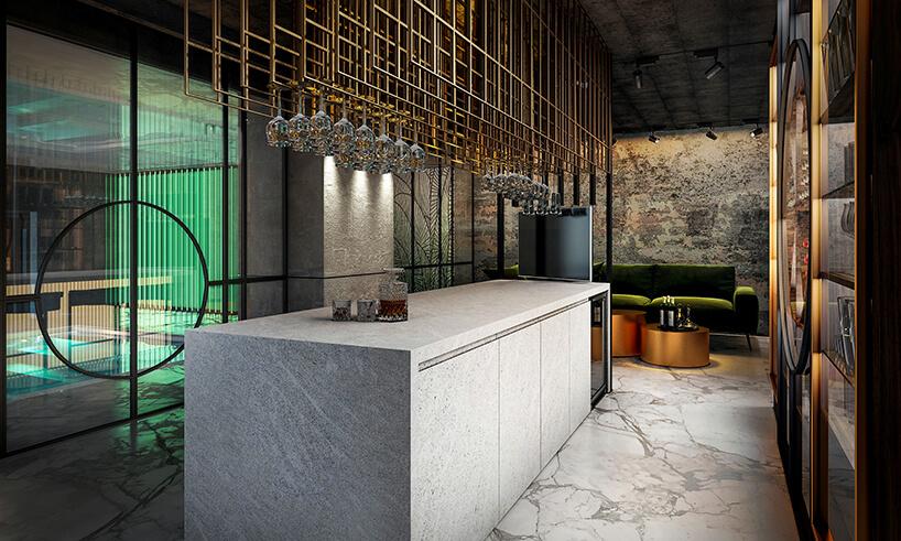 dużą szara kamienny bar pod wyjątkowym metalowym wieszakiem na kieliszki