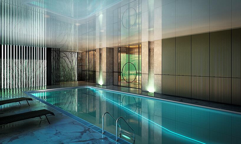 wewnętrzny basen zkamienną białą podłogą iwyjątkowymi wykończeniami ścian
